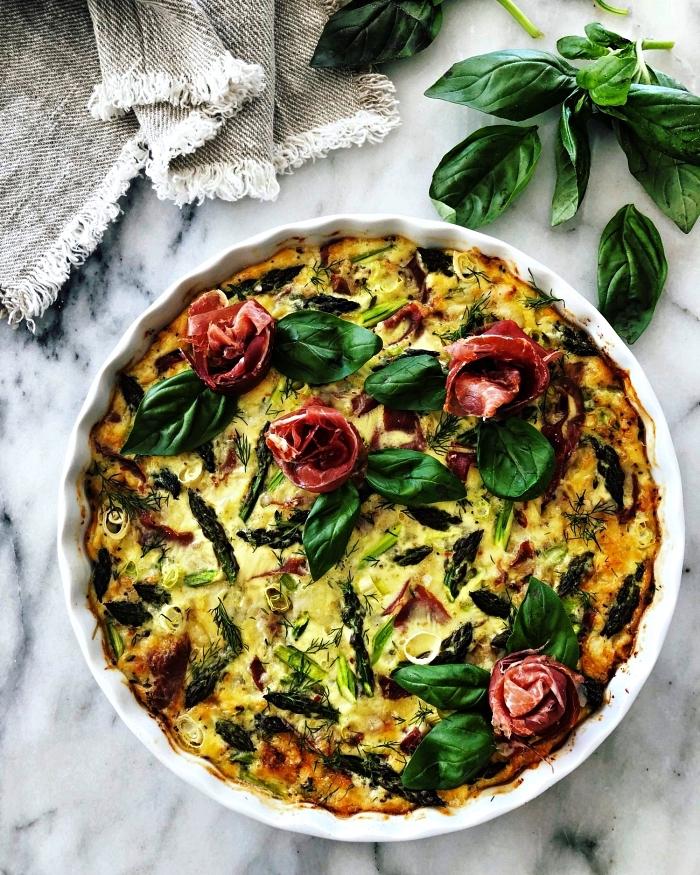 recette facile pour le soir à base d'oeufs, recette de quiche sans gluten et sans pâte aux asperges et au bacon