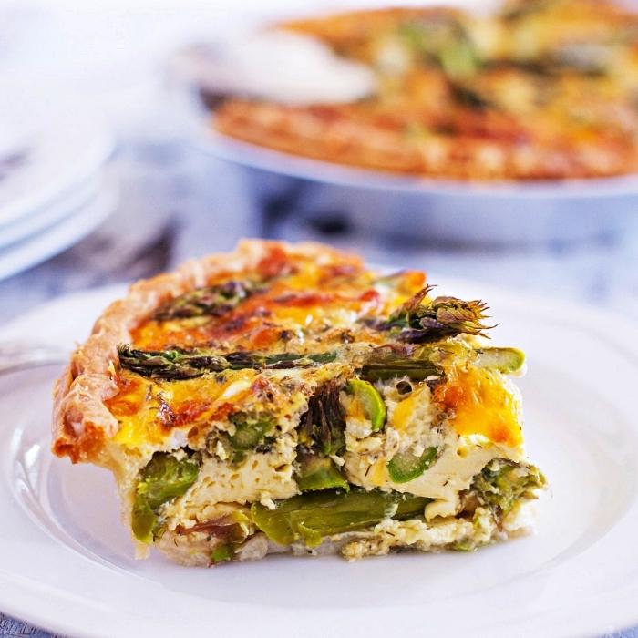 recette de quiche sans pate facile aux asperges et cheddar, repas du soir facile à préparer à base d'oeufs