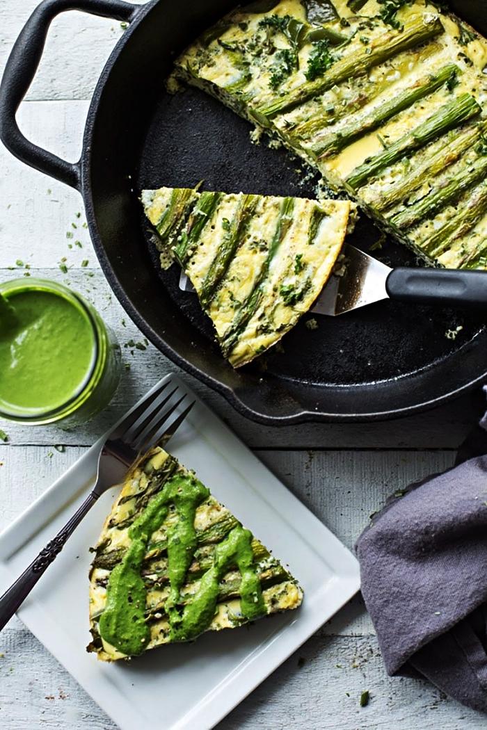 quiche végétarienne sans pâte aux asperges, roquette et épinards, recette de sauce tahini verte aux herbes