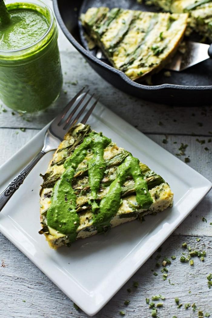 recette sans gluten de quiche verte aux asperges, roquette et poivron vert garnie de sauce tahini et piment jalapeno