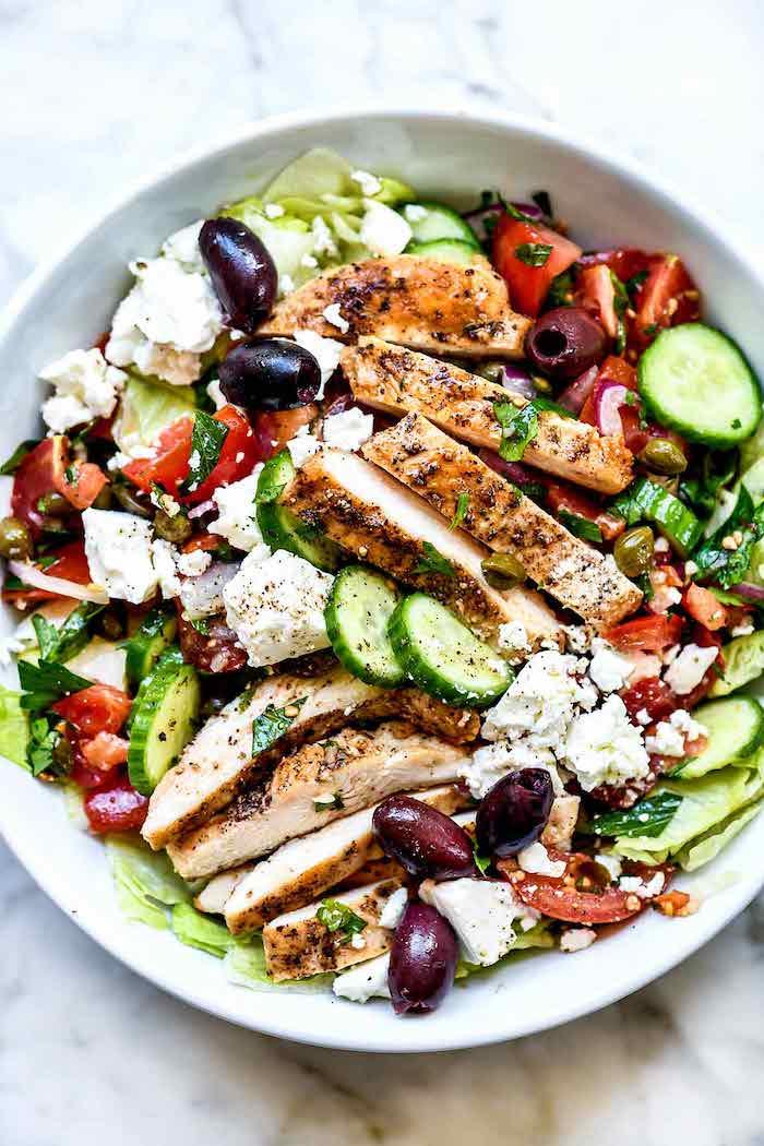 idée repas simple de tous les jours, salade grecque au blanc de poulet grillé, concombres, tomates, salades vertes, olives et feta
