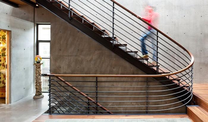 Le garde-corps permet de sécuriser l'usage de l'escalier pour toutes les générations