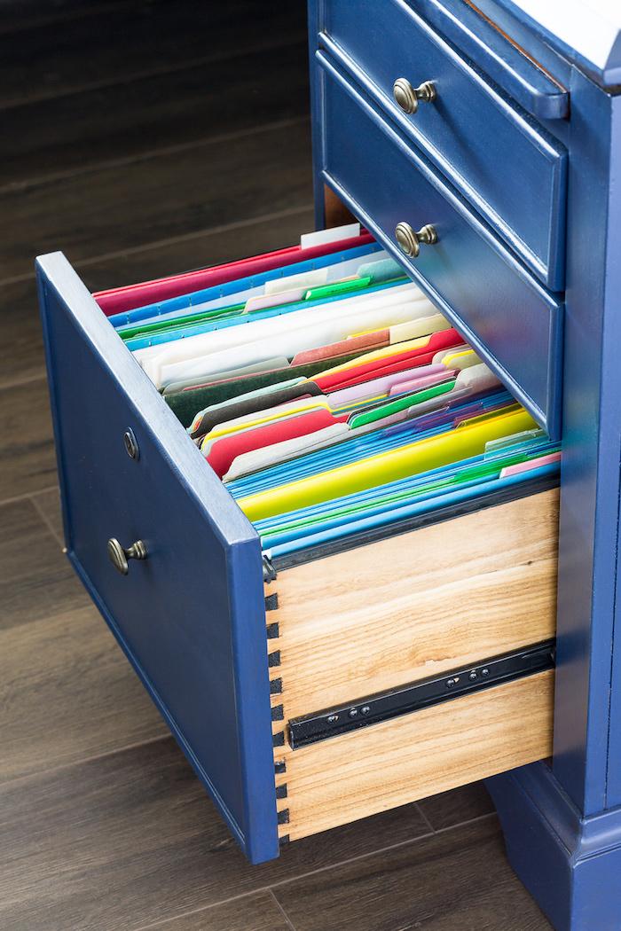 Placard avec dossiers colorés idée de transformation meuble, customiser meuble, relooker meuble ancien en moderne