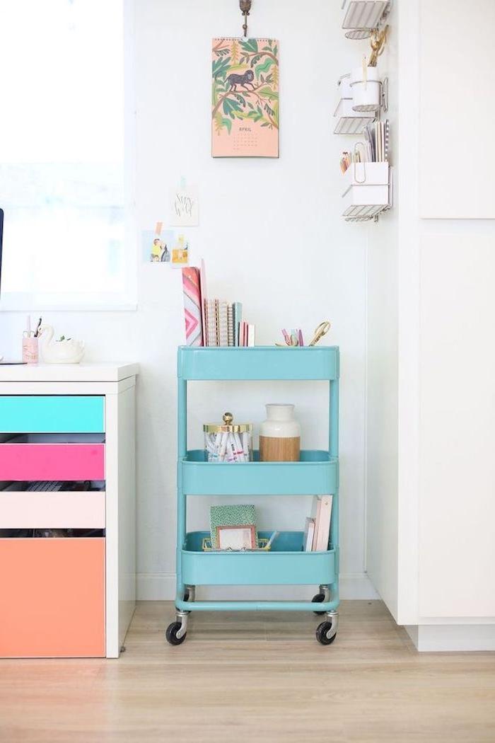 comment ranger sa chambre, idee rangement coin bureau en ikea desserte couleur bleue avec cahiers, fournitures de bureau