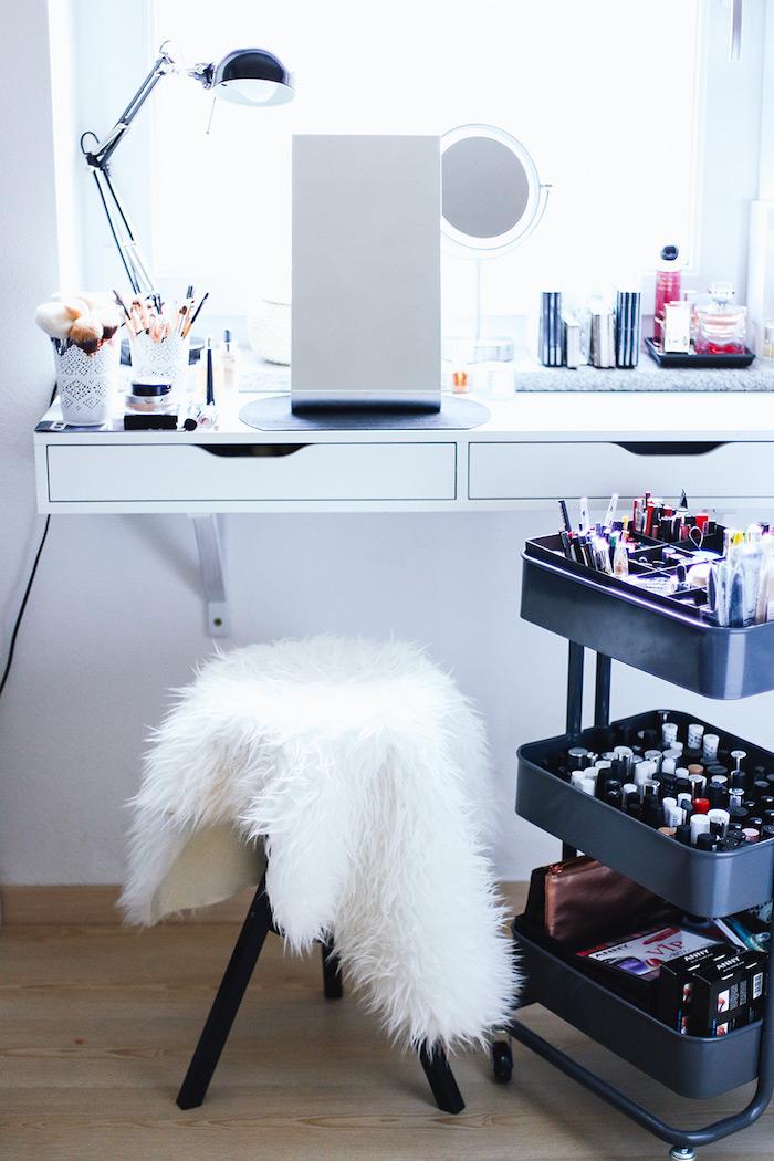 coiffeuse maison avec grand miroir, bureau blanc et rangement maquillage ikea trois niveaux