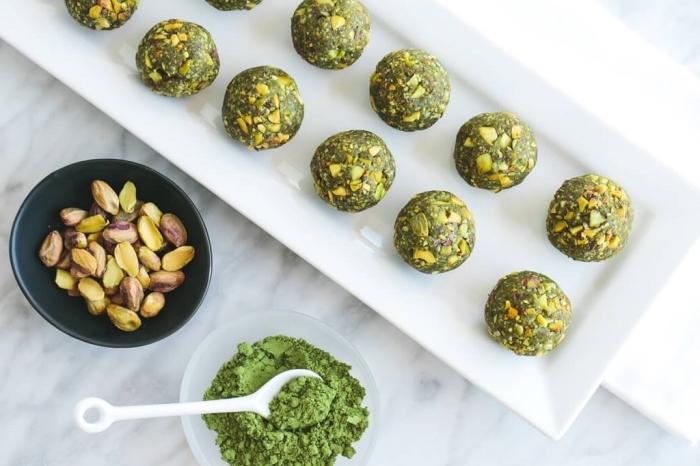 pistaches et thé vert matcha pour faires des balles energie vertes, regime keto recette de collation saine