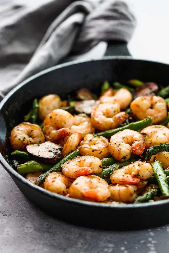 crevettes aux asperges avec de l ail, champignons et beurre, idée repas simple diner équilibré, manger fruits de mer