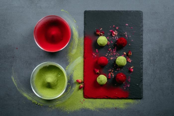 recette minceur keto, energy balls vegan sans sucre aux amandes, dattes, cacao, garnies de thé vert matcha et de poudre de betterave