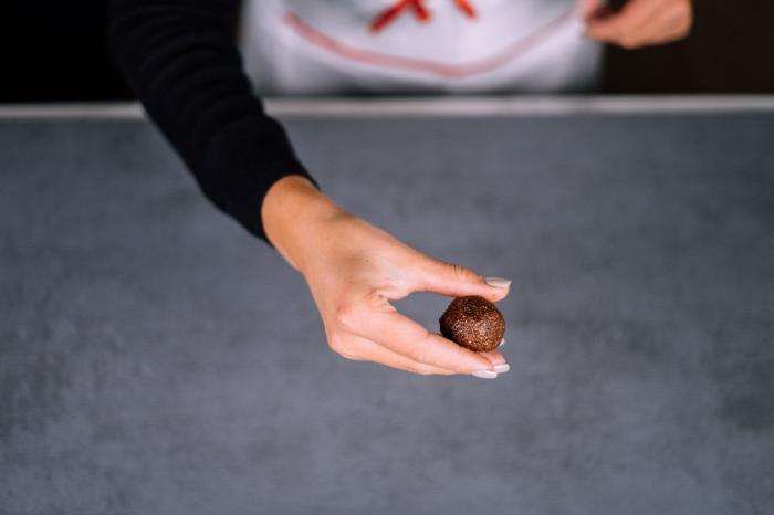 idee recette vegan de bonbon sans sucre axu dattes, cacao, amandes, beurre de cacahuete, recette energie