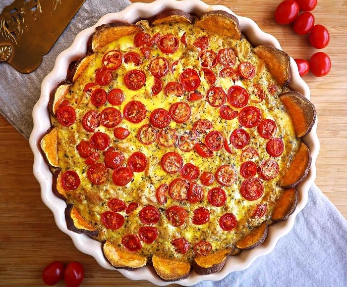 recette de quiche sans pâte sur une base de patates douces, quiche au thon, tomates et patates douces sans pâte et sans gluten