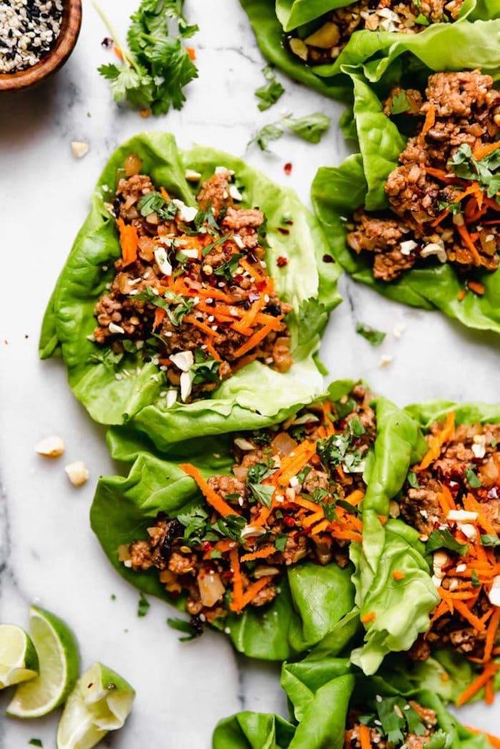 idée de feuilles de laitue façons tacos à la viande hachée, carottes, champignons et oignons, recette plat asiatique