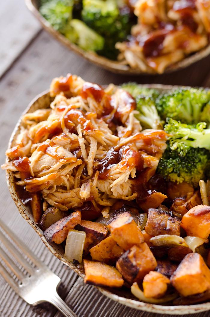 blanc de poulet à la barbecue avec sauce barbecue, brocolis, patate douce, recette facile pour le soir