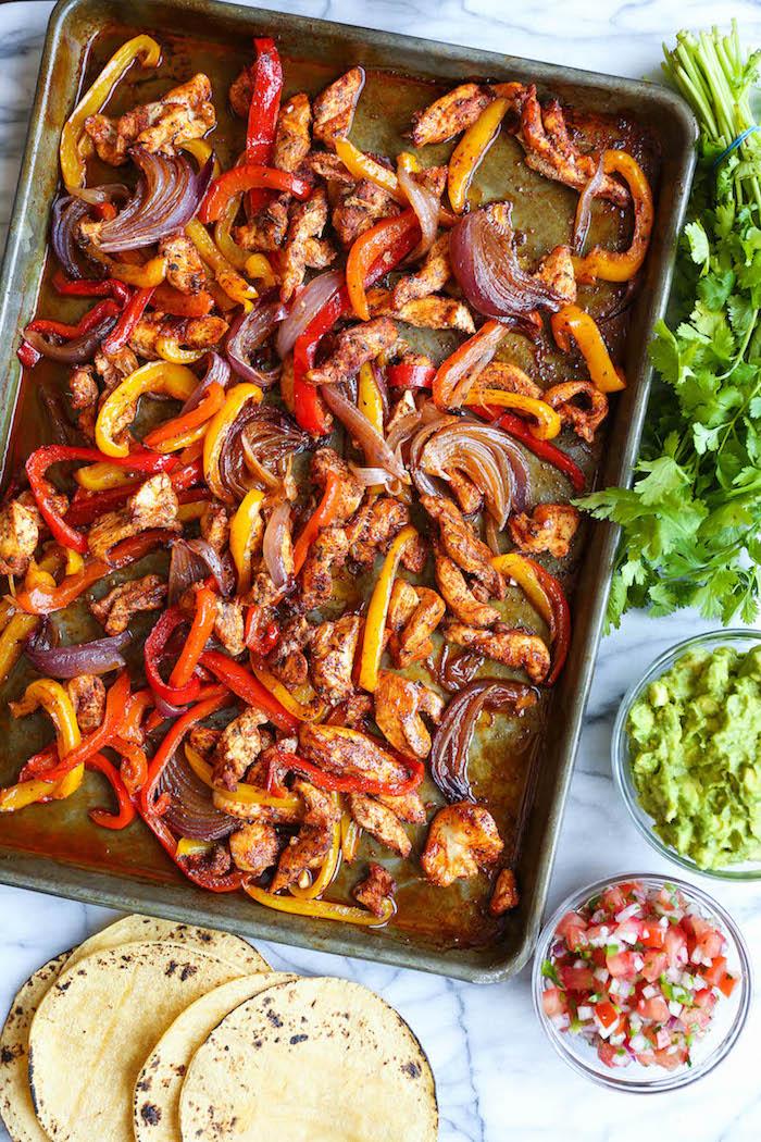 idée repas semaine, fajitas poulet aux poivron rouge et jaune et oignons à servir sur une tortilla maison