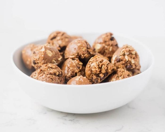 boules d energie en beurre de cacahuete, pepites de chocolat, flacons d avoine, dessert cetogene simple et rapide