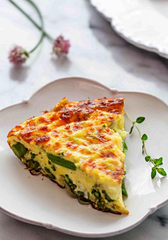 idée repas léger avec des œufs et des légumes, recette allégée de quiche aux asperges sans pâte