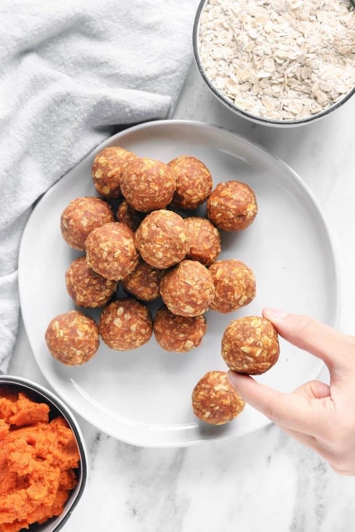 purée de patate douce et flacons d avoine pour faire des boules keto riches en bonnes graisses