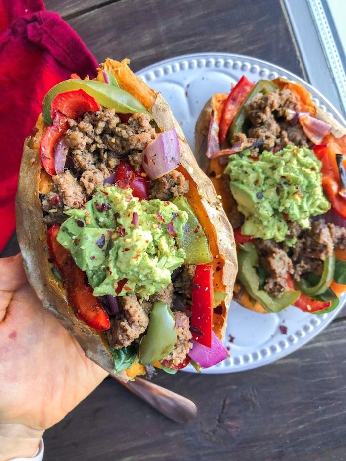 recette patate douce façon taco avec viande de boeuf hachée, oignons, poivrons et purée d avocat, manger équilibré