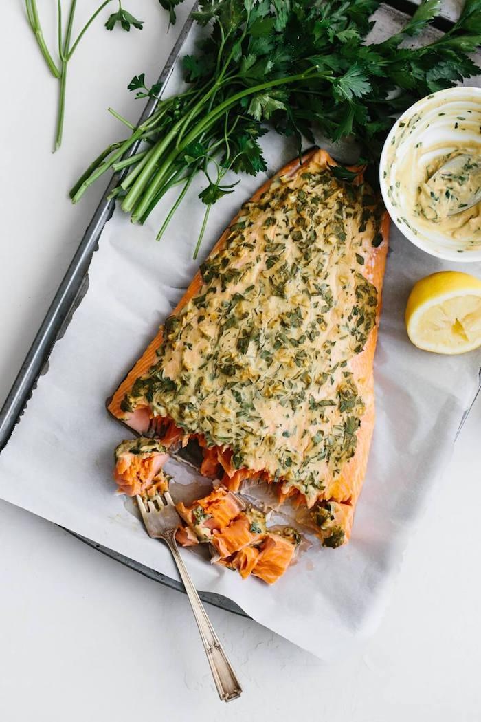 recette pour fair epavé de saumon au four avec moutarde de dijon, persil, citron, poivre sel et de l ail