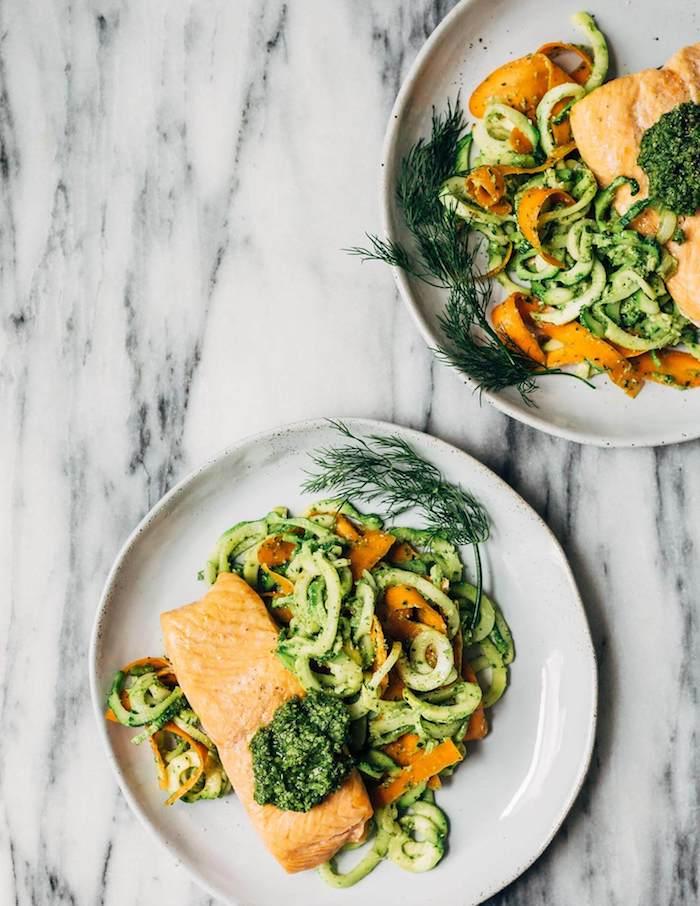 spaghetti courgette et carottes pour garnir pavé de saumon avec servi avec sauce pesto de coté