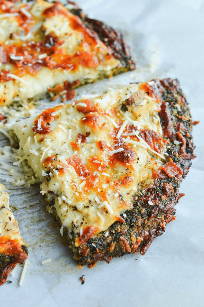 recette healthy soir, pizza à la pate de brocoli et fromages en top, idee comment faire pizza sans gluten