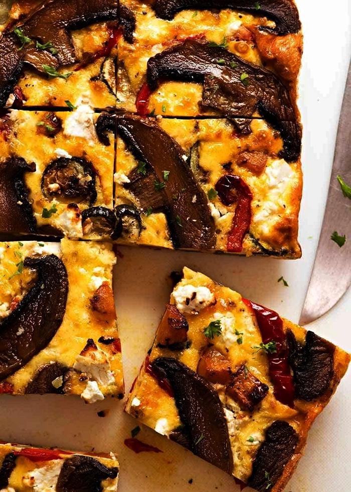 idée repas léger pour le soir, recette de quiche aux champignons, fromage feta et légumes préparée sans base de pâte brisée