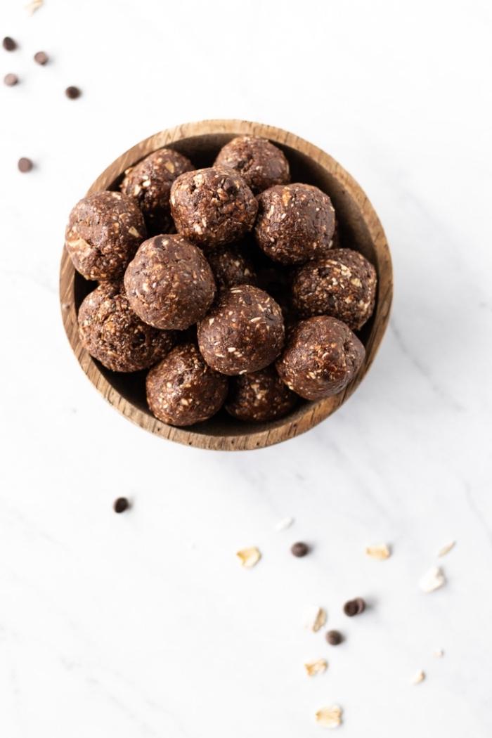 dessert leger de truffes au chocolat avec pepites de chocolat, flacons d avoine, chia, dattes, cacao, beurre de cacahuete