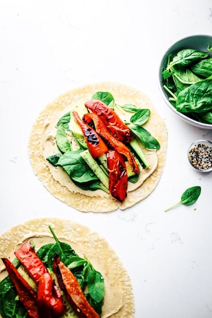 recette wrap apero vegetarien aux épinards, houmous et poivron rouge grillé, idée repas léger et rapide