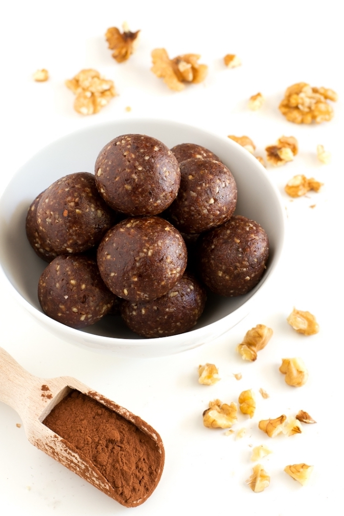 simples noix, cacao, et dattes pour realiser une recette super simple et rapide de dessert sans four cru