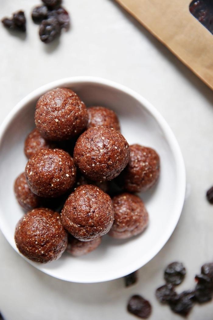 dessert sans sucre alimentation cétogène, boules de noix, espresso, flacons d avoine, beurre d amande