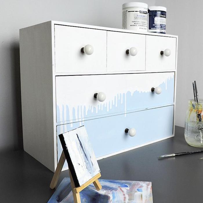 Blanc renversé sur base bleu claire, idée pour customiser un meuble, comment repeindre un meuble sans le poncer