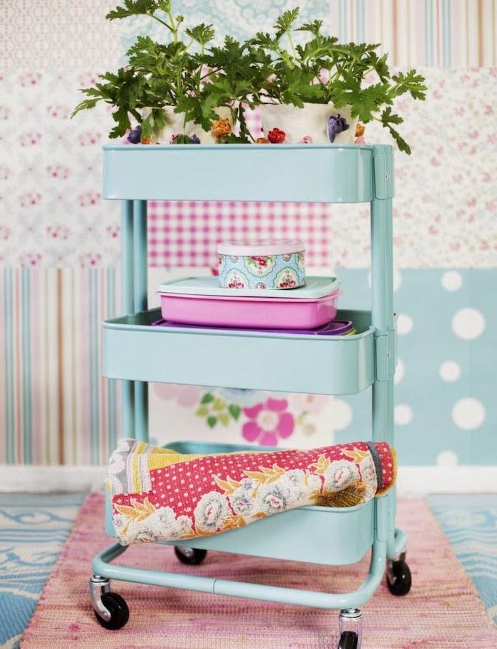 ikea meuble recup, desserte raskog bleue pour ranger pots de fleurs et serviettes de table dans une cuisine