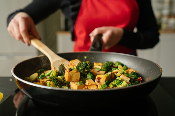 tofu aux brocolis avec sauce de chili, jus de citron et sauce de soja, exemple de recette avec tofu soyeux