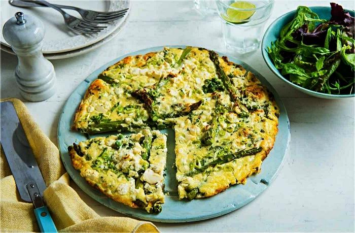 idée repas du soir léger à base d'oeufs, quiche végétarienne aux asperges et petits pois sans pâte
