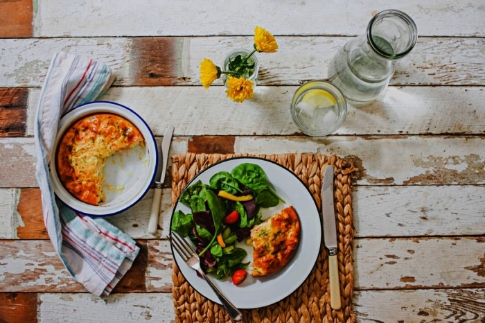 idée de recette facile pour le soir, recette de quiche facile sans pâte aux légumes garnie de salade verte