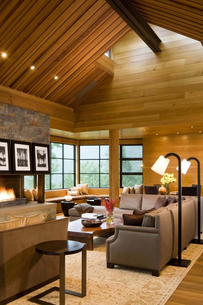 modèle de plafond cathédrale à deux pentes couvert de planches bois avec éclairage spots led, design salon rustique