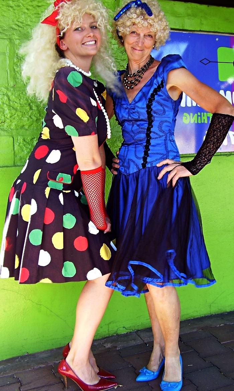 modèle rétro de robe année 80 pour une soirée déguisée sur le thème disco, tenue disco des années 80 pour femme