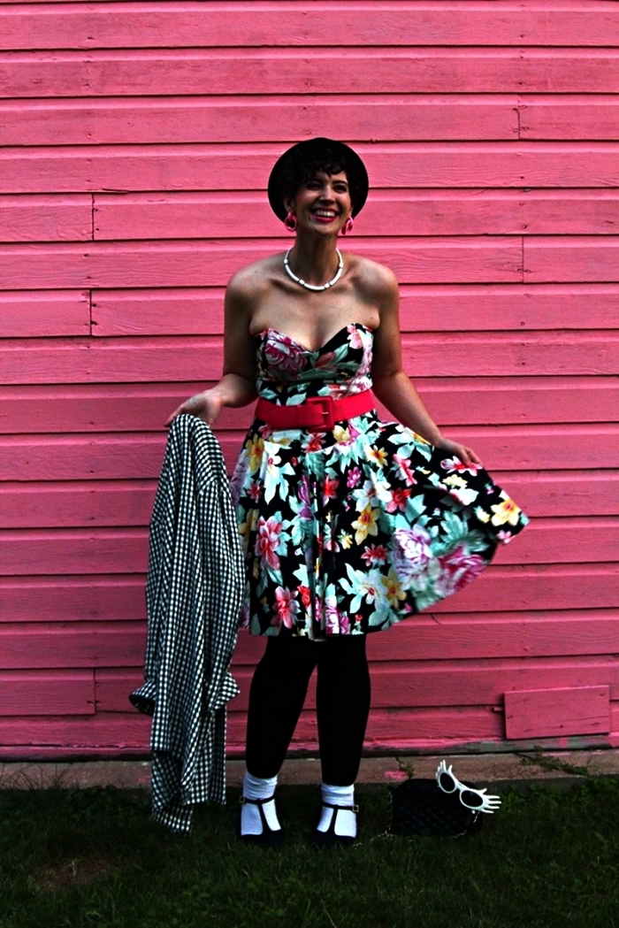 robe année 80 imprimé floram assortie avec une ceinture rétro et un legging noir, déguisement des années 80 pour femme