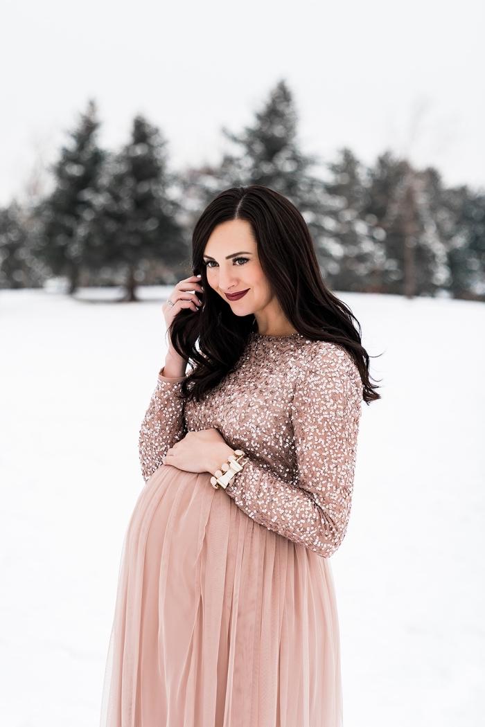 tenue femme grossesse officielle, idée robe de soirée femme enceinte en jupe rose pastel avec top pailleté rose nude