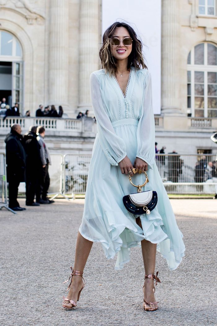 BLeu robe longue fendue, robe longue moulante et pull ou veste, femme en hiver avec robe fluide bleu claire à manches longues