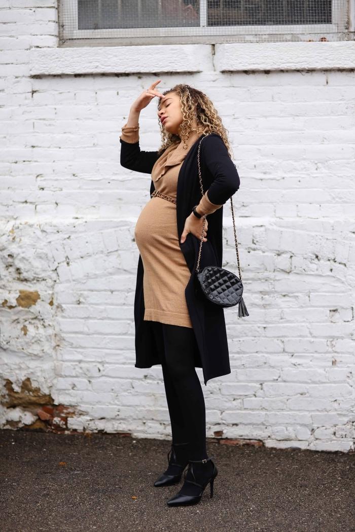 comment assortir les couleurs de ses vêtements, idée tenue grossesse en camel et noir, modèle de robe grossesse en noir