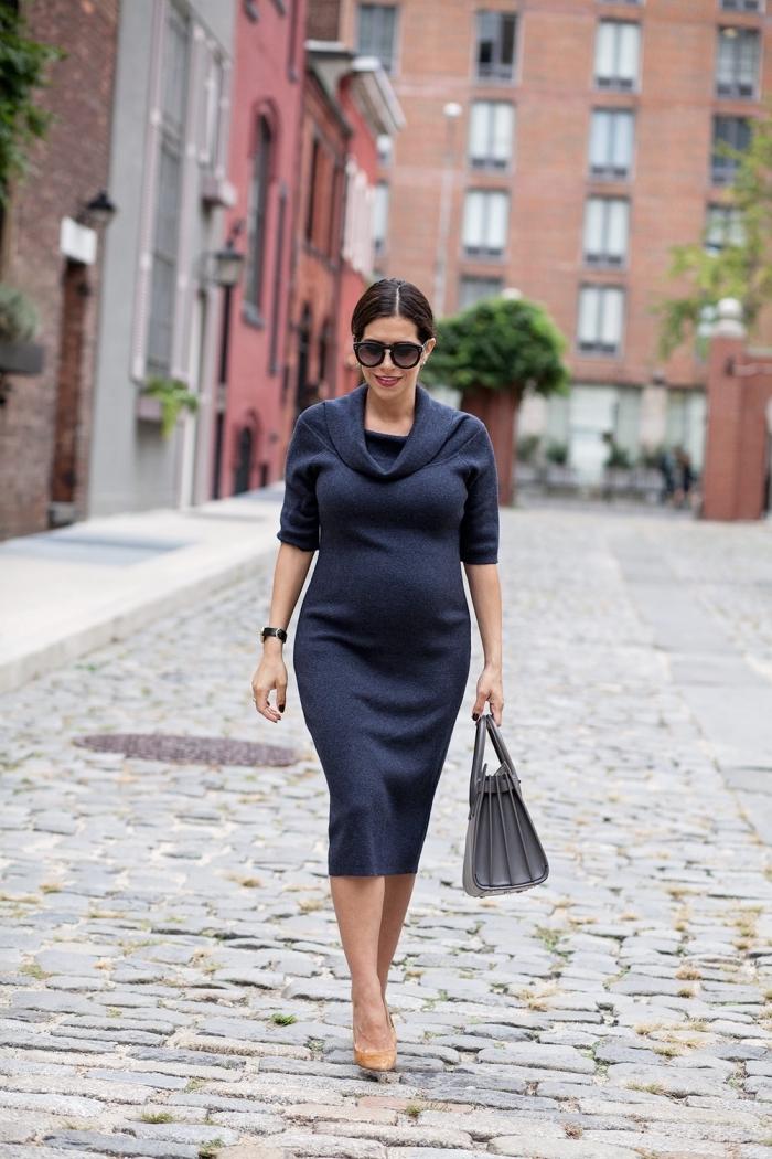 tenue femme grossesse de style casual chic avec robe maternité longueur genoux combinée avec chaussures à talons
