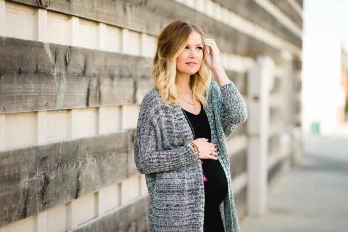 comment bien s'habiller femme enceinte, idée robe longue grossesse en noir avec décolleté en v, modèle gilet long gris