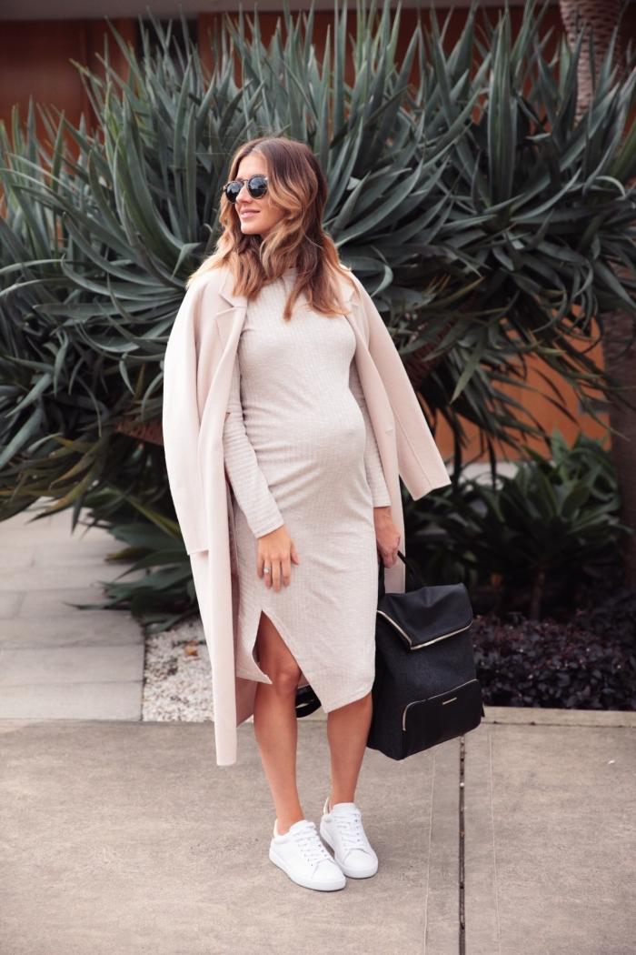 look femme enceinte automne hiver 2019/2020, idée robe femme enceinte longueur genoux avec fente de couleur neutre