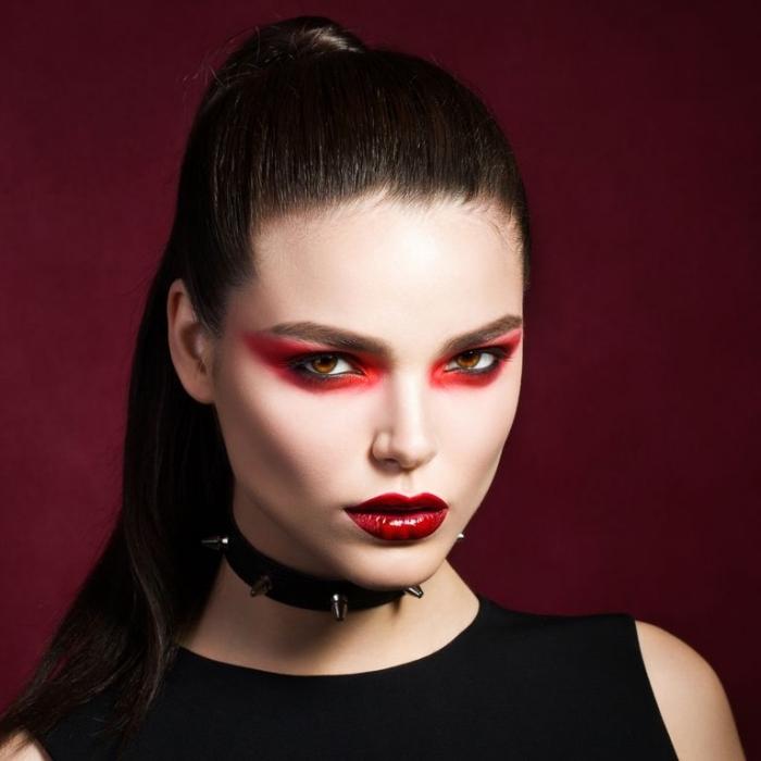 idée maquillage halloween vampire pour femme, réaliser un makeup femme vampire aux yeux et bouche rouge