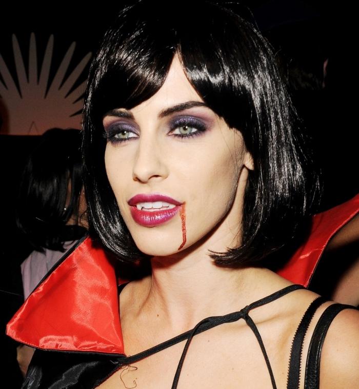 exemple déguisement de Jessica Lowndes en vampire, idée tenue femme vampire facile en robe noire avec cape rouge