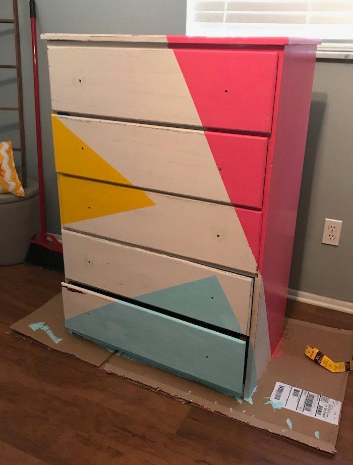 Peinture différentes colores, géométriques formes, rose blanc bleu et jaune, peindre un meuble vernis, relooker un meuble en chene