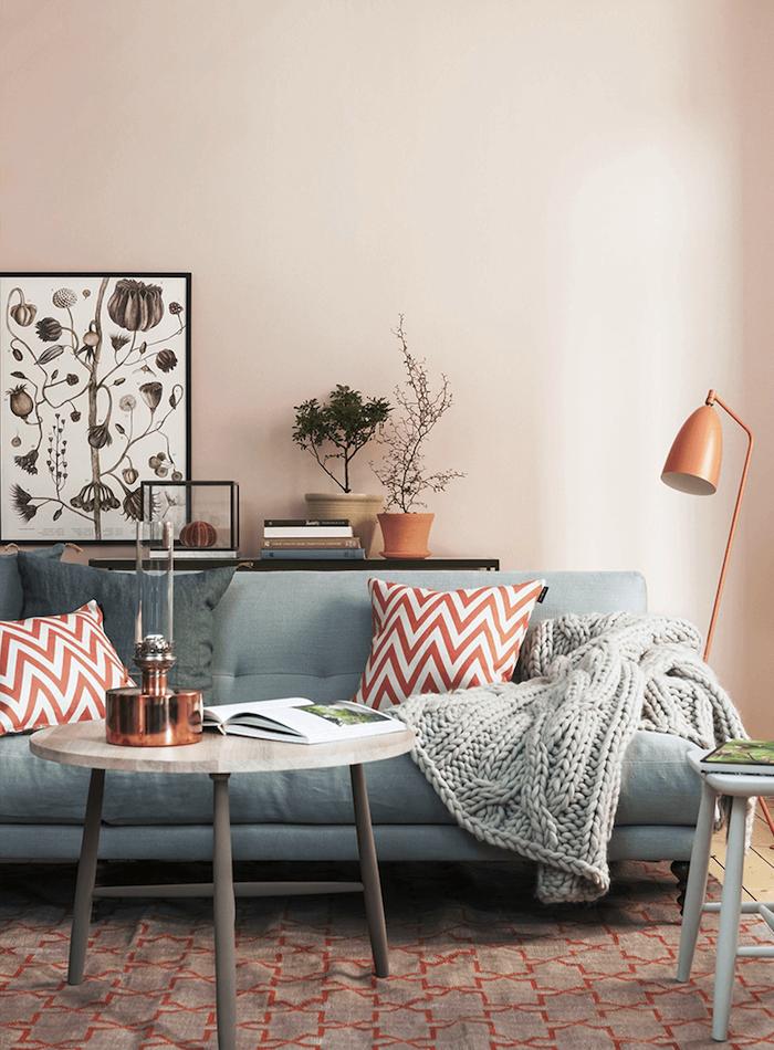 deco salon gris et rose poudré avec canapé gris, tapis gris et rouge, coussins rouge et blanc, table bois basse, plaid tricot decoratif