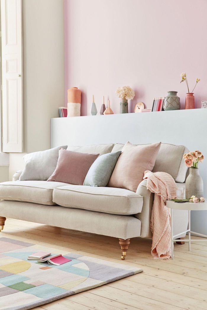 deco salon gris et rose pastel, couleur peinture salon lumineux en tons pastel, parquet bois clair, tapis coloré à figures géométriques colorés