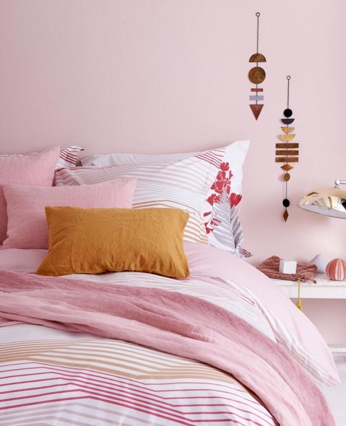 comment décorer une chambre ado fille, chambre aux murs de couleur rose pale avec grand lit et meubles bois blanc