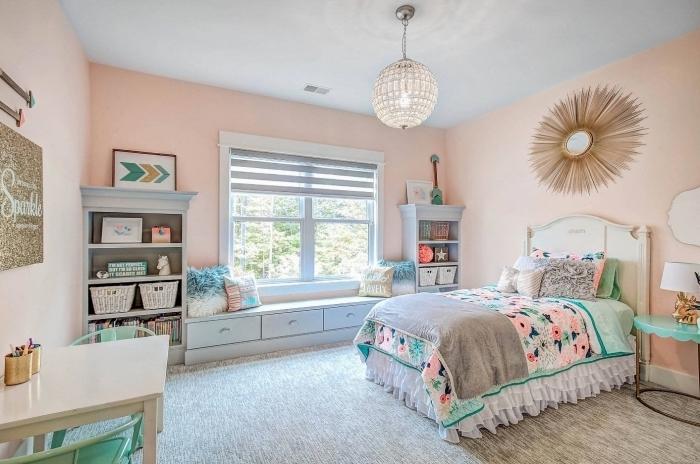 comment aménager une chambre enfant avec coin lecture sous fenêtre, idée chambre gris et rose pour fille